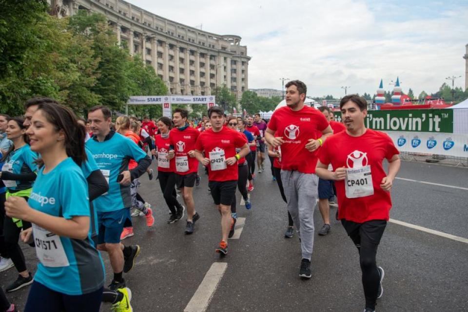 Tineri de la salvați Copiii România alergând la Semimaratonul București FOTO: Salvați Copiii România