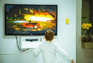 Copii în fața televizorului