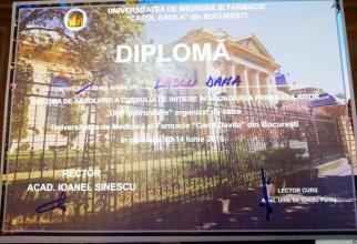 Diploma de absolvent a redactorului-șef al DC Medical, Dana Lascu