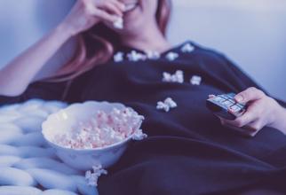 Uitatul cu orele la televizor este dăunător inimii FOTO: pixabay.com