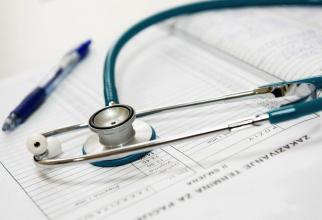 """Fișa, medicală, pixul, stetoscopul sunt doar câteva obiecte care sunt """"casă"""" pentru germeni"""