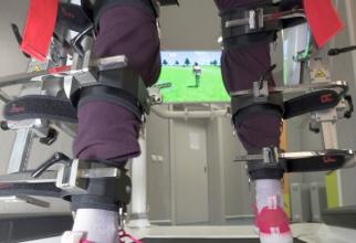 Robotul de care pacientul este legat cu chingi speciale, îl reînvață să meargă. Foto: Iulian Năstăsache/Spitalul Militar