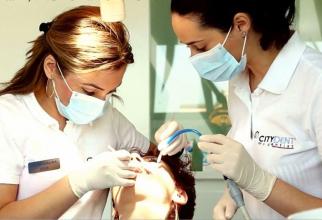 Dacă nu vrei să ajungi pe scaunul stomatologului, atunci trebuie să iei măsuri pentru a-ți proteja dantura vara asta. Foto: CityDent