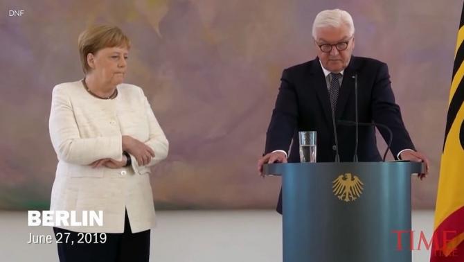Angela Merkel lângă președintele Germaniei, tremurând vizibil. Foto: captură Time/Youtube
