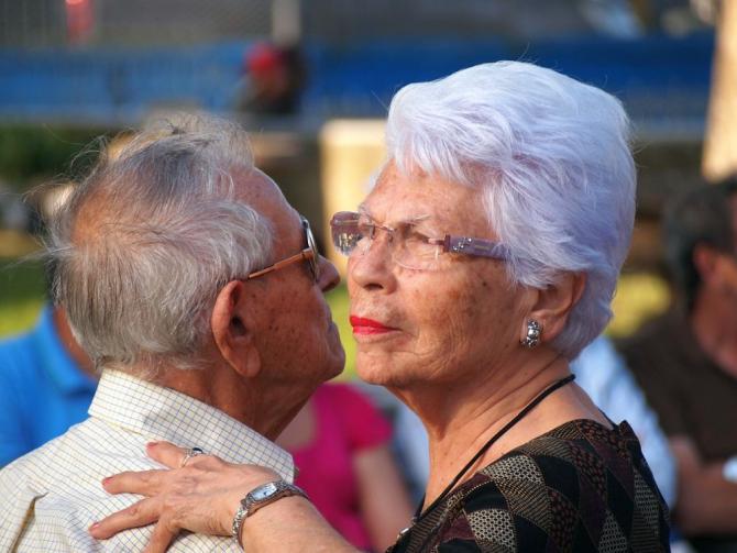 Relațiile sociale îi ajută pe bătrâni