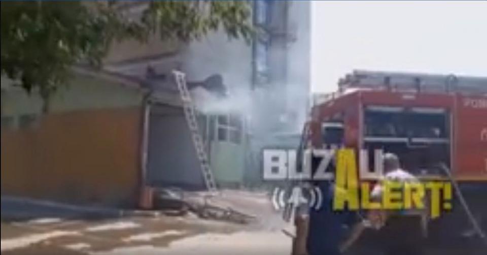Incendiul a izbucnit la acoperișul rampei de intrate la Primiri-Urgențe. Foto: Buzău Alert/captură