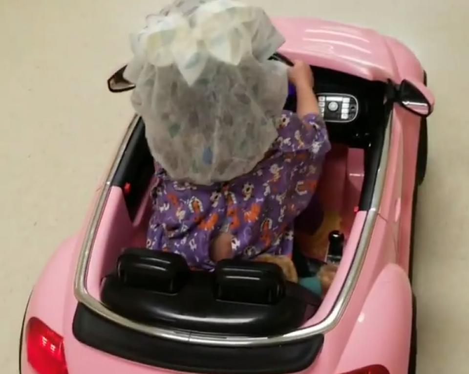 O fetiță conduce o mașinuță de jucărie către sala de operație    FOTO: Facebook The Doctors Medical Center