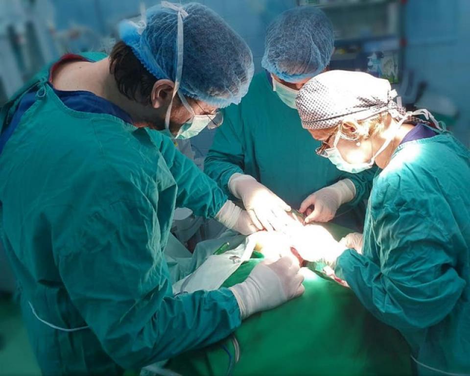 Imagine din timpul intervenției de eliminare a tumorii gigant FOTO: Facebook SUUB