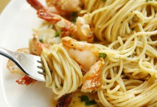 Creveții și pastele sunt printre acele alimente care vă pot da peste cap eforturile de a reduce nivelul de colesterol
