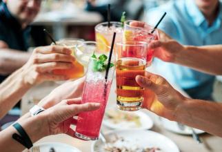 Băuturile zaharoase, inclusiv cele 100% naturale, ar putea fi periculoase