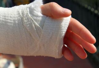 Durerea de mână poate fi ameliorată dacă îți ții mâna imobilizată o perioadă