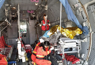 Pacientul a fost transportat în Italia la tratament, la bordul unui avion militar. Foto: MApN