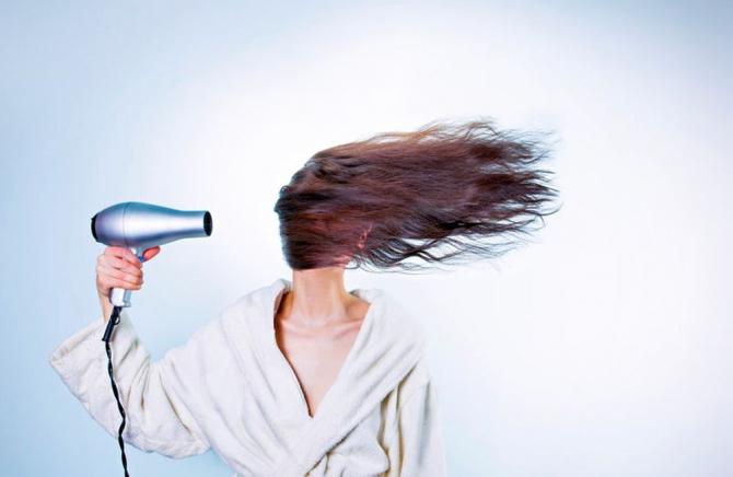 Părul poate să îți cadă din mai multe motive