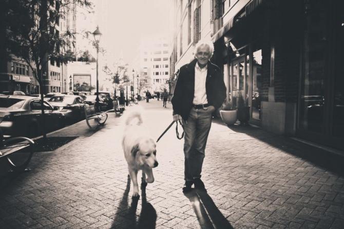 Vârstnic și amic patruped   FOTO: pexels.com