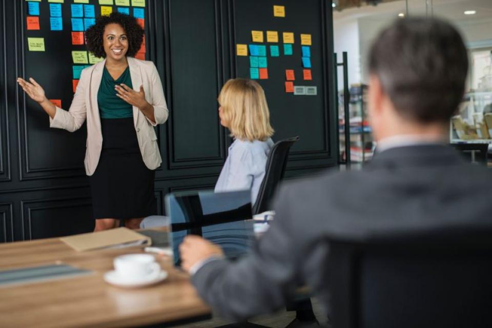 Angajat face o prezentare cu șeful de față  FOTO: pexels.com