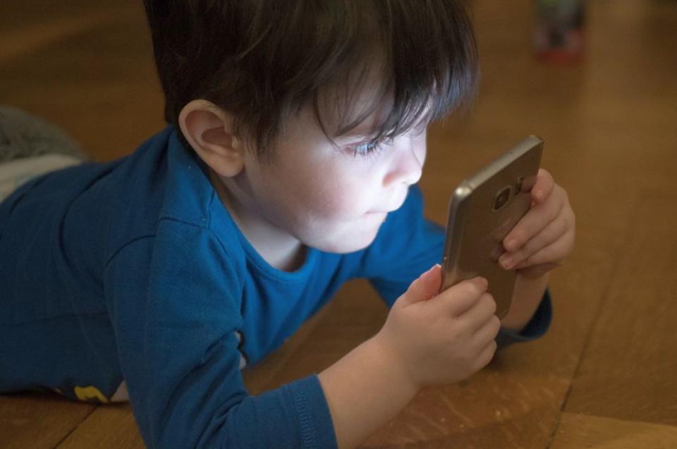 Telefoane și tablete nu trebuie lăsate la îndemâna copiilor
