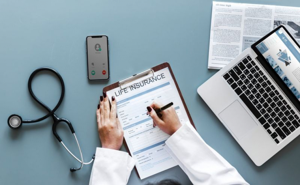 """Fișa, medicală, pixul, stetoscopul și telefonul sunt doar câteva obiecte care devin temporar """"casă"""" pentru germeni    FOTO: pexels.com"""