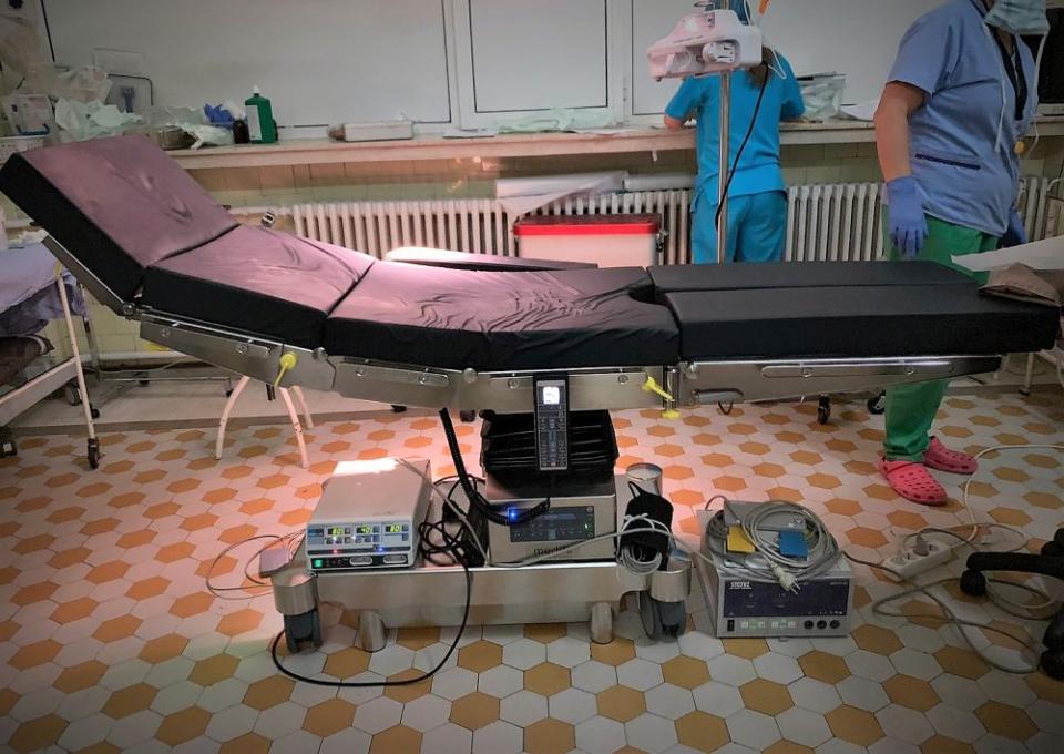Noua masă de operație de la ortopedie este comodă pentru pacient și îi oferă memdicului un grad mai mare de confort în timpul intervenției. Foto: SCJU Cluj-Napoca