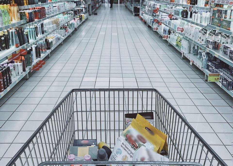 Din veniturile unei familii de români, 28% din bani se duc pe mâncare și sucuri