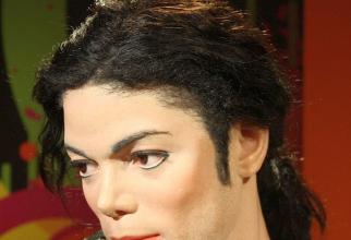 Regretatul cântăreț Michael Jackson se spune că ar fi făcut peste 100 de intervenții chirurgicale la față