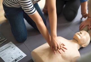 În timpul resuscitării unui pacient cu infarct, salvatorul ține mâinile drepte și apasă cu putere de 30 de ori la rând, apoi face respirație gură la gură de 2 ori. Manevrele se pot învăța la cursuri de prim-ajutor