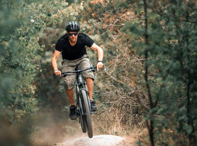 Ciclismul montan presupune rezistență și antrenament serios.