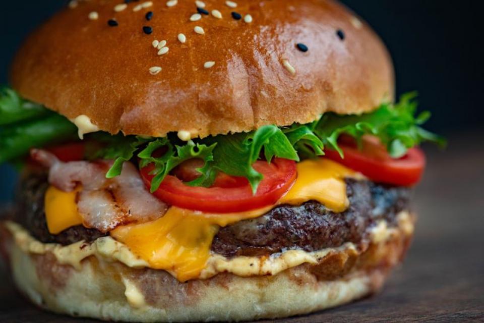 Hamburger cu carne de vită  FOTO: pexels.com