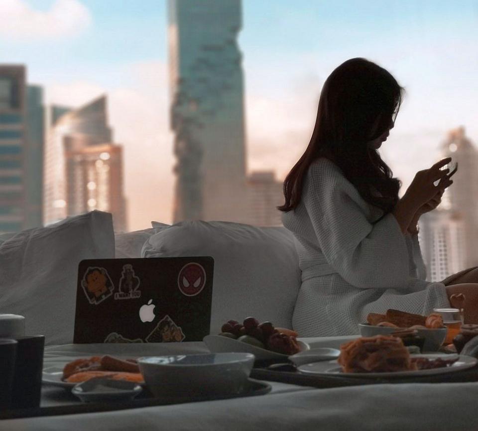 Obiceiuri nesănătoase: Micul dejun nu se ia în pat iar dimineața e bine să eviți să verifici emailul sau paginile de social media
