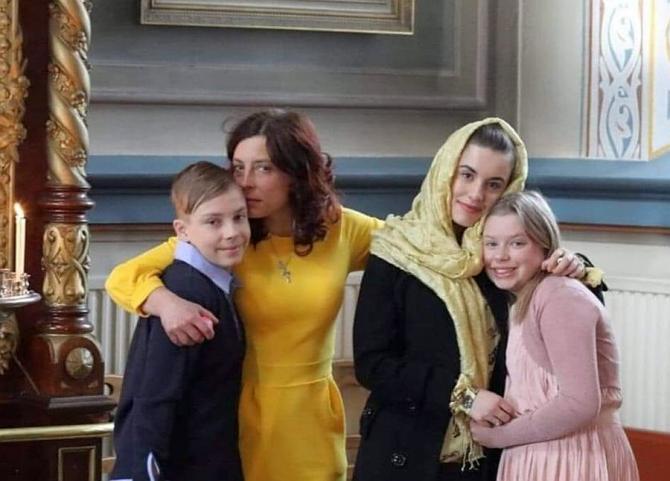 Medicul Camelia Smicală și copiii ei. Foto: Facebook