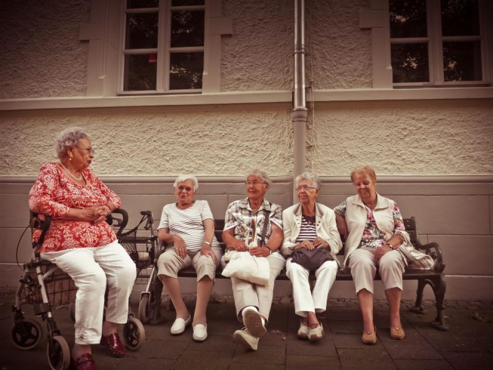 Femei în vârstă pe bancă  FOTO: pexels.com