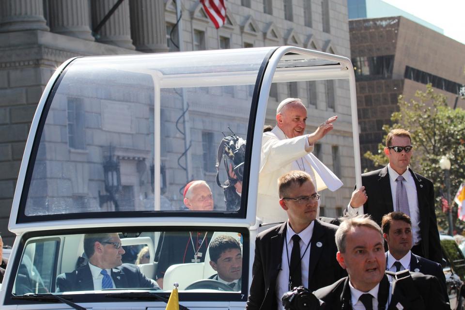 """""""Să ne rugăm pentru convertirea inimilor, pentru persoanele atinse de maladia Alzheimer, pentru familiile lor şi pentru cei care se ocupă de aceşti bolnavi cu multă iubire"""", a spus Papa Francisc"""