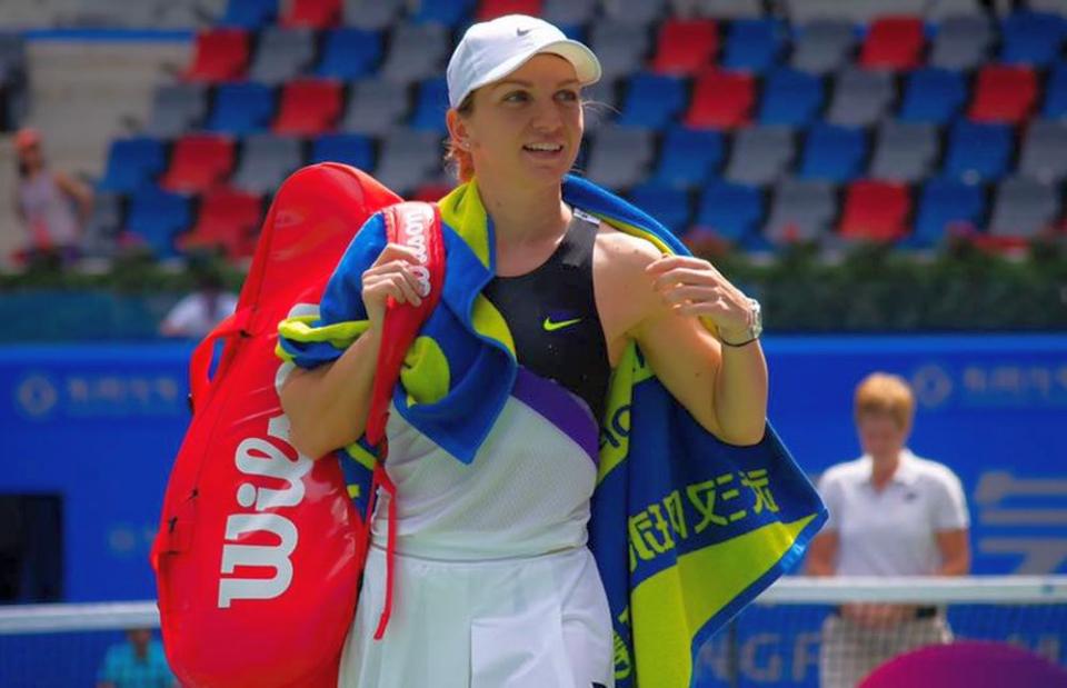 Simona Halep s-a retras din turneu din cauza unor spasme musculare la spate. Foto: Facebook/Simona Halep