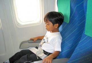 Copiii mici sunt expuși unor pericole în timpul călătoriilor cu avionul