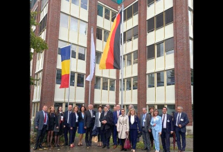 Oficiali români și cadre universitare de la UMFST Târgu Mureș, la inaugurarea primului campus universitar românesc de peste hotare. Foto: Facebook/Leonard Azamfirei