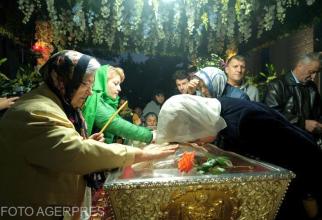 Mii de pelerini se închină la racla Sfintei Cuvioase Parascheva. Foto: AGERPRES
