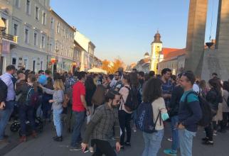 Circa 150 de absolvenți au protestat la Cluj-Napoca, unii având măști chirurgicale pe față. Foto: Facebook