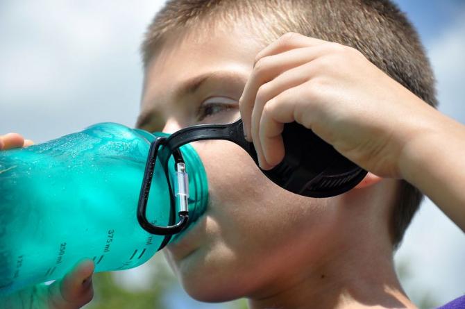 Sticla reutilizabilă din care bei apă poate fi pepinieră de bacterii