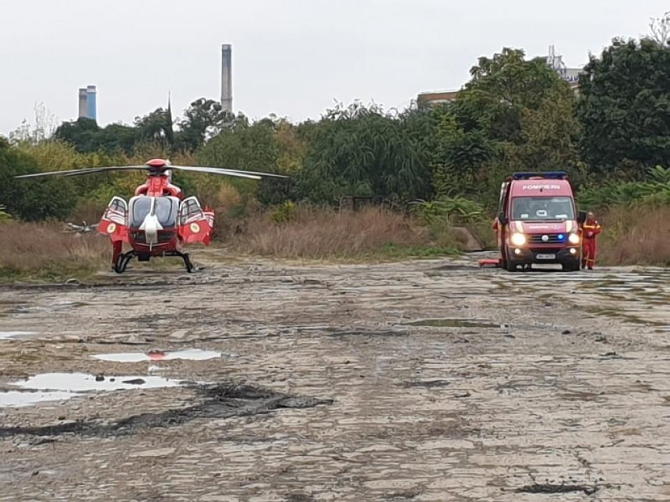 Imagine cu elicopterul care a adus la București o victimă a accidentului din Ialomița