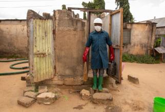 Lucrător în salubrizare din Tanzania  FOTO: Facebook WHO WaterAid/James Kiyimba