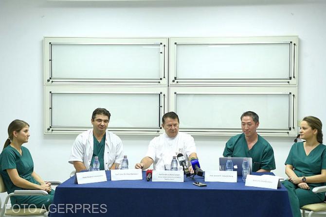 Echipa de medici de la Spitalul Bagdasar-Arseni care a realizat premiera chirurgicală. Foto: AGERPRES
