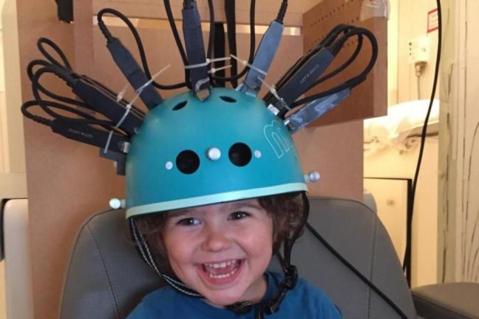 Copiii care au participat la studiu au purtat casca acasă sau chiar în timp ce se deplasau cu bicicleta, ceea ce le-a redus anxietatea. FOTO Oxfordmail.com