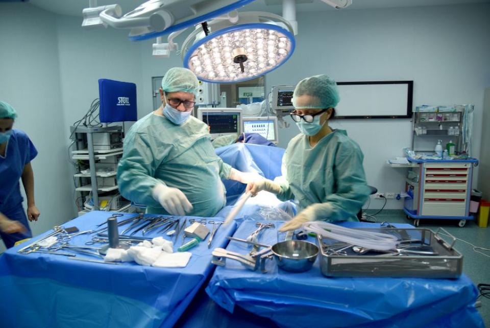 Dr Cristian Paleru spune că chirurgul alege în timpul operației ce dispozitive folosește. Foto: Sanador