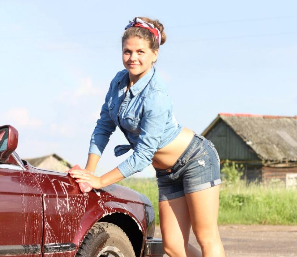 Slabire: poți arde calorii dacă speli mașina cu propria mână