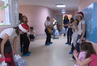 Copiii l-au primit pe Moș Crăciun și colindătorii lui
