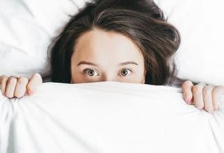 Somnul prea lung poate crește riscul de accident vascular cerebral. Photo: Alexandra Gorn, Unsplash