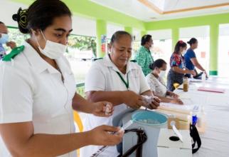 Asistentele din Samoa au mers din ușă în ușă ca să vaccineze populația. Foto: Allan Stephen/UNICEF