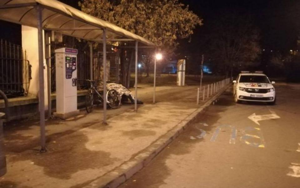 Bărbatul a decedat în stația de autobuz    Sursa foto: baiamare24.ro