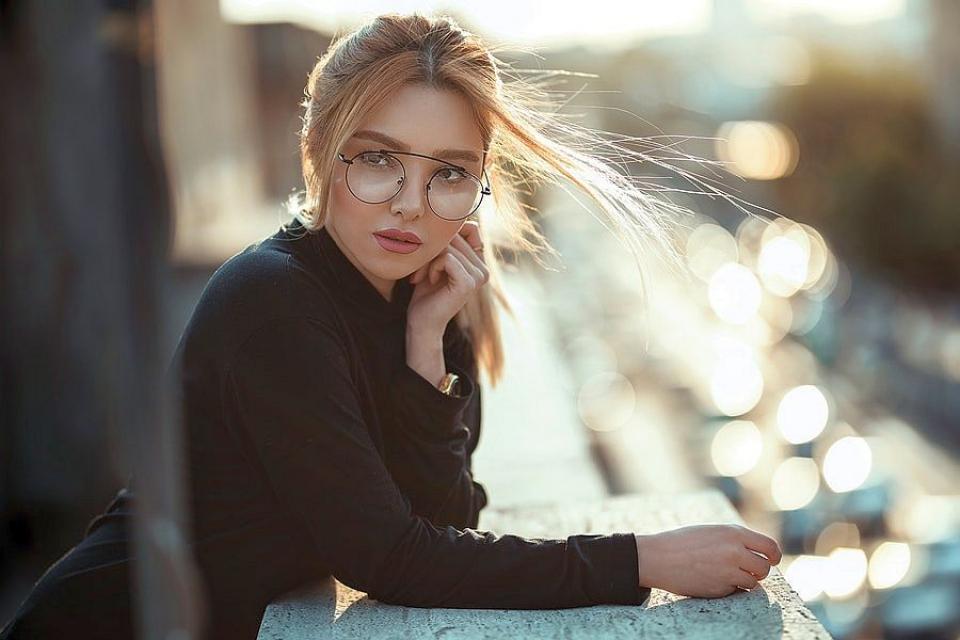 În Japonia sunt companii care le impun angajatelor să poarte tocuri și să renunțe la ochelari