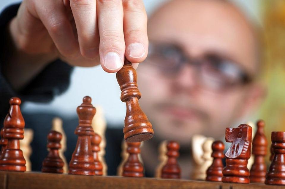 Jocurile non-digitale precum șahul îți țin mintea ascuțită la bătrânețe