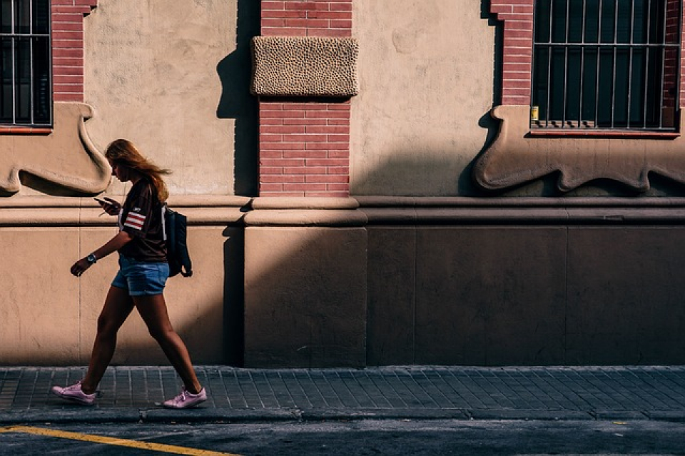 Pericolele din spatele unui banal SMS dat în timp ce mergeți pe stradă  FOTO: Pixabay